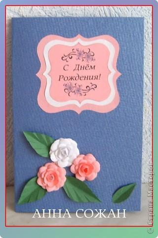 На эти открытки меня вдохновила наша замечательная Олечка Ольшак, http://stranamasterov.ru/user/12816 она же и дала ссылку на  замечательные  розы  от Астории. Спасибо ей огромное. Делаются  очень легко.  http://asti-n.ya.ru/replies.xml?item_no=184 Я правда ещё использовала шаблоны http://asti-n.ya.ru/posts.xml?tag=6855558, они тоже там есть у Астории.  Искала долго большие фигурные дыроколы, но слишком дорогое удовольствие! Так что выход нашёлся!  Скопировала у Астории. В Фотошопе написала разные поздравлялки, сделала наклейки в разном масштабе, и распечатала разного цвета, потом склеила. Получились вот такие медальончики, так я их назвала. Бумагу брала обычную как для принтера ,80 гр. , потому что когда начинаешь склеивать они  становятся  толще.  фото 2