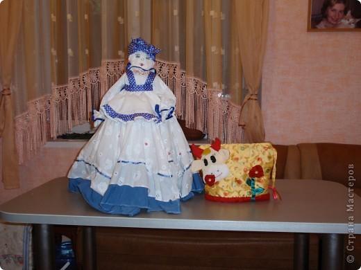 Вот такие грелочки живут в доме у моих кумовьев. Куклу на самовар подарила куме на день рожденья в прошлом феврале. А корову на заварник кум сам попросил себе на именины, когда увидел подобную у меня дома. фото 1
