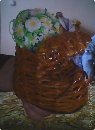 Вот такой сапожок у меня получился....Сплела из газетной бумаги, покрасила гуашью и покрыла лаком... Внутри сапожка у меня цветочек, делала я его так: взяла лампочку, покрасила зеленой краской, цветочки делала в стиле квиллинг, потом клеила их на лампочку и все....