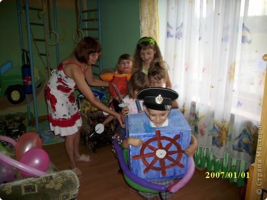 Когда моему сыну было 5 лет, мы решили устроить морской день рождения. Сценарий я нашла на solnet.ee. А кораблик для путешествий был сделан из длинных шариков, склеянных скотчем, и покрашенной коробки. Надо сказать, что процесс подготовки длился две недели, и дети с удовольствием мне помогали. фото 2