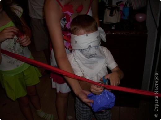 Когда моему сыну было 5 лет, мы решили устроить морской день рождения. Сценарий я нашла на solnet.ee. А кораблик для путешествий был сделан из длинных шариков, склеянных скотчем, и покрашенной коробки. Надо сказать, что процесс подготовки длился две недели, и дети с удовольствием мне помогали. фото 7