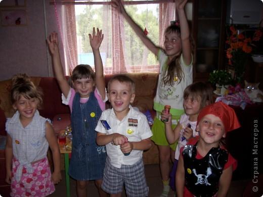 Когда моему сыну было 5 лет, мы решили устроить морской день рождения. Сценарий я нашла на solnet.ee. А кораблик для путешествий был сделан из длинных шариков, склеянных скотчем, и покрашенной коробки. Надо сказать, что процесс подготовки длился две недели, и дети с удовольствием мне помогали. фото 8