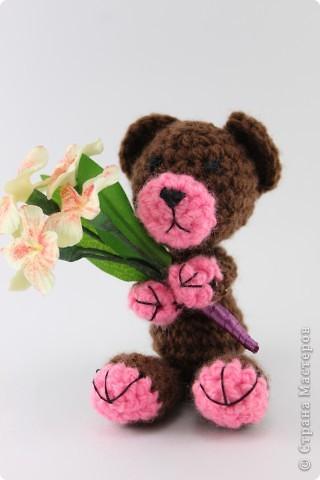 Вязаный мишка и цветы из Deco (8 см) фото 1