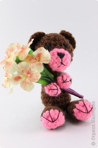 Вязаный мишка и цветы из Deco (8 см) фото 2
