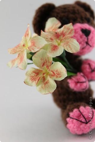 Вязаный мишка и цветы из Deco (8 см) фото 3