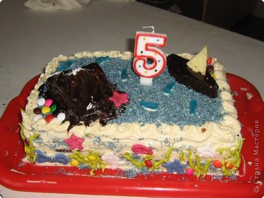 Когда моему сыну было 5 лет, мы решили устроить морской день рождения. Сценарий я нашла на solnet.ee. А кораблик для путешествий был сделан из длинных шариков, склеянных скотчем, и покрашенной коробки. Надо сказать, что процесс подготовки длился две недели, и дети с удовольствием мне помогали. фото 6