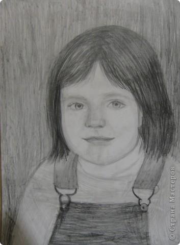 Рисовала портрет сестры с фотографии.  Вот, что у меня получилось.  фото 1