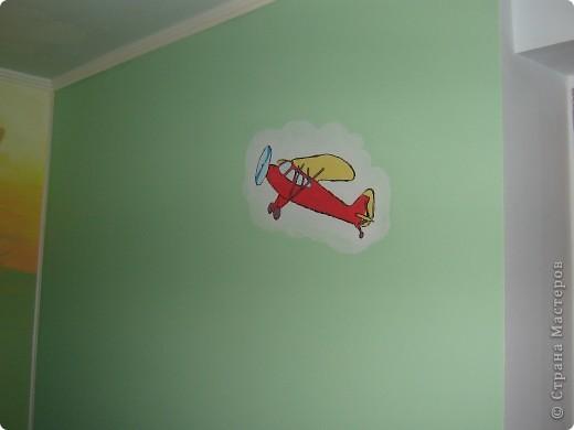 """В прошлом году мы затеяли ремонт в детской комнате. Хотелось всего и сразу. Стены были утеплены пенопластом, под ламинатом положили """"теплый пол"""". Дизайн получился авторский - рождался по месту. фото 5"""