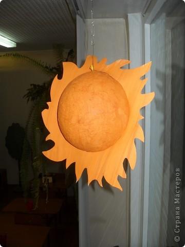 Работа Фадеевой Елизаветы. В основе воздушный шарик, солнечная корона из картона. фото 1