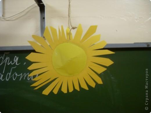 Работа Фадеевой Елизаветы. В основе воздушный шарик, солнечная корона из картона. фото 5