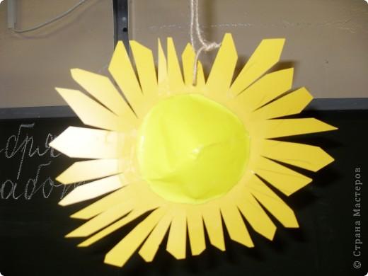 Работа Фадеевой Елизаветы. В основе воздушный шарик, солнечная корона из картона. фото 6