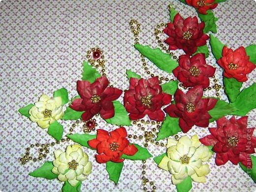 Опять решила помочь в украшении детской группы куда ходит моя младшая дочка. И решили мы украсить занавески цветами пуансетии. И вот хочу Вам предложить небольшой Мк.  И получился вот такой вот огромный цветок пуансетии размером более 10 см (дм12см). Мы будем в садике украшать ими шторки и окна.   Нам понадобится:  Бумага красная или светло жёлтая A4 (такие пуансетии тоже бывают) Подушечки чернильные для штампиков Ручка для тиснения (можно заменить конечком крючка или шар. ручкой) Ножницы, клей ПВА Крашеный горох Далее читать в моём блоге http://irinaje.blogspot.com/2010/11/o.html   фото 2