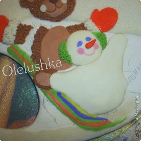 Продолжаю... Теперь начинаем лепить снеговичка. Голова снеговика шар, поэтому делаем ее более выпуклой. Оформляем личико, и наушники из продавленного через сито теста. фото 4
