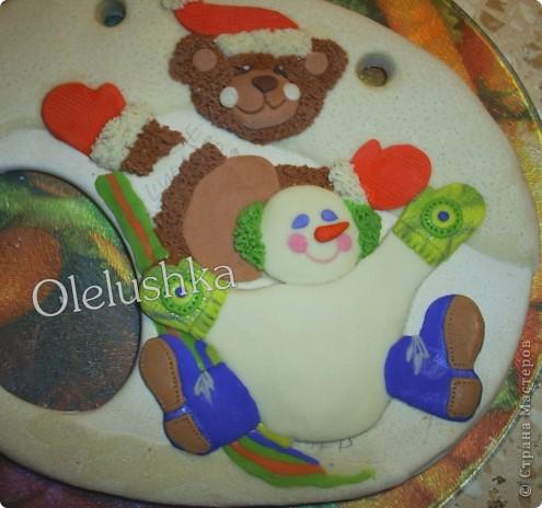 Продолжаю... Теперь начинаем лепить снеговичка. Голова снеговика шар, поэтому делаем ее более выпуклой. Оформляем личико, и наушники из продавленного через сито теста. фото 6