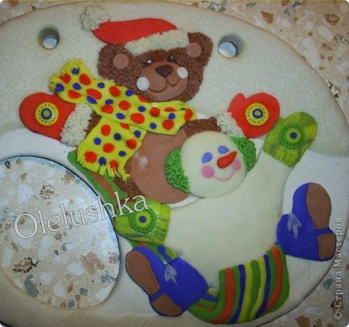 Продолжаю... Теперь начинаем лепить снеговичка. Голова снеговика шар, поэтому делаем ее более выпуклой. Оформляем личико, и наушники из продавленного через сито теста. фото 8