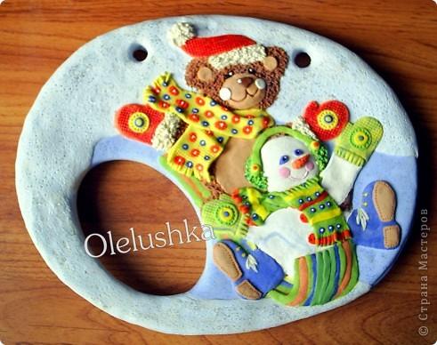 Продолжаю... Теперь начинаем лепить снеговичка. Голова снеговика шар, поэтому делаем ее более выпуклой. Оформляем личико, и наушники из продавленного через сито теста. фото 10