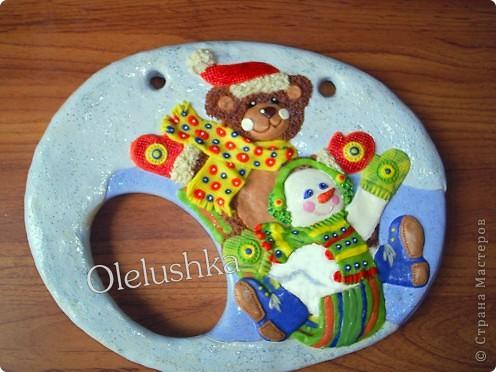 Продолжаю... Теперь начинаем лепить снеговичка. Голова снеговика шар, поэтому делаем ее более выпуклой. Оформляем личико, и наушники из продавленного через сито теста. фото 11