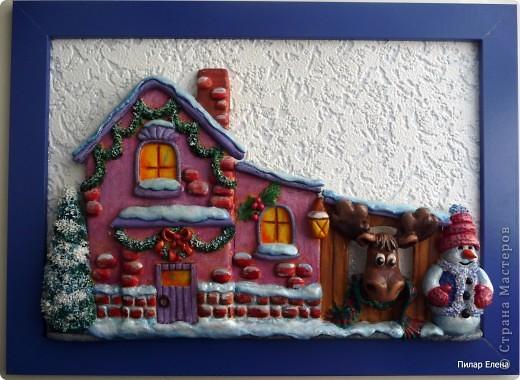 Новый год- сказочный праздник. И вот у меня родился сказочный домик. Когда лепила, даже не задумывалась, кто там живет, но когда дошла до лося, стали появляться какие-то просветления, и вдруг осенило - ба, да это же домик Санты, его верный лось и друг Снеговик. фото 1