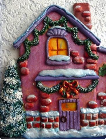 Новый год- сказочный праздник. И вот у меня родился сказочный домик. Когда лепила, даже не задумывалась, кто там живет, но когда дошла до лося, стали появляться какие-то просветления, и вдруг осенило - ба, да это же домик Санты, его верный лось и друг Снеговик. фото 2
