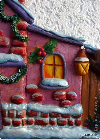 Новый год- сказочный праздник. И вот у меня родился сказочный домик. Когда лепила, даже не задумывалась, кто там живет, но когда дошла до лося, стали появляться какие-то просветления, и вдруг осенило - ба, да это же домик Санты, его верный лось и друг Снеговик. фото 3