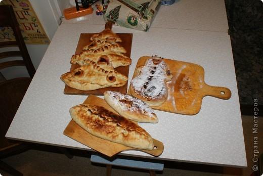 В прошлом году на зимних каникулах испекла детям. Лепить пирожки совсем не умею, да и не занималась особо пирогами никогда, так что исполнение не очень. Но может, кому идея пригодится. фото 1