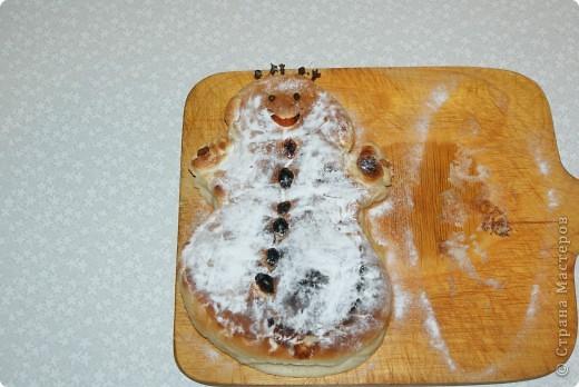 В прошлом году на зимних каникулах испекла детям. Лепить пирожки совсем не умею, да и не занималась особо пирогами никогда, так что исполнение не очень. Но может, кому идея пригодится. фото 2