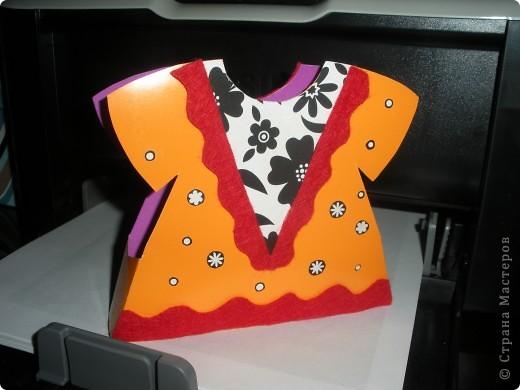 Одна из первых... Использован двусторонний картон для детского творчества, распечатка орнамента на лазерном принтере, тонкая лента из органзы, пуговицы, сделанные мной из пластики и приклеенные с помощью клеевого пистолета. фото 2
