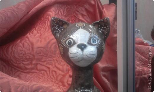 Кошка вылеплена на бутылке из соленого теста. Основа головы- шар из пенопласта. фото 3