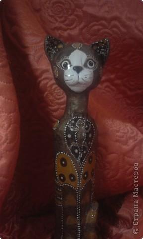 Кошка вылеплена на бутылке из соленого теста. Основа головы- шар из пенопласта. фото 1