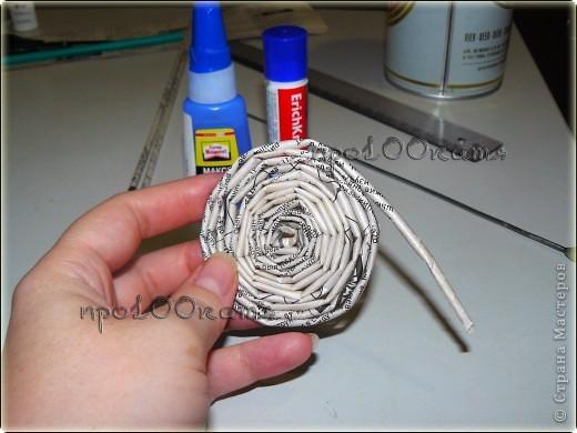 Я видела несколько способов плетения дна корзинок,но у меня получалось не очень.Вот,решила попробовать так.Сначала сворачивала газетные трубочки по спирали до нужного размера... фото 1