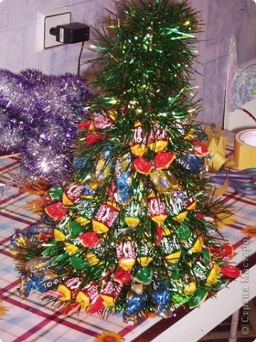 Вот моя первая елочка в красивой упаковочке. Елку делала по МК http://stranamasterov.ru/node/33254, только чередовала ряд конфет с рядом мишуры. фото 2