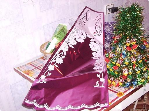Вот моя первая елочка в красивой упаковочке. Елку делала по МК http://stranamasterov.ru/node/33254, только чередовала ряд конфет с рядом мишуры. фото 3