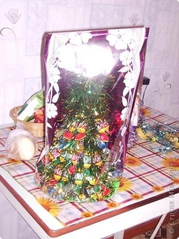 Вот моя первая елочка в красивой упаковочке. Елку делала по МК http://stranamasterov.ru/node/33254, только чередовала ряд конфет с рядом мишуры. фото 4