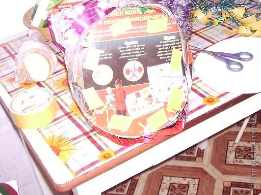 Вот моя первая елочка в красивой упаковочке. Елку делала по МК http://stranamasterov.ru/node/33254, только чередовала ряд конфет с рядом мишуры. фото 5