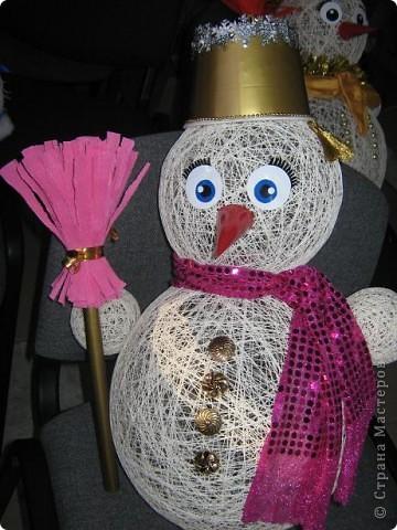 Снеговики, дед мороз со Снегуркой, зайцы все они символы Нового года! Сделаны по простой технологии: нитка пропущенная через ПВА намотанная на воздушный шар. Ждем когда высохнет и начинаем фантазировать:) фото 2