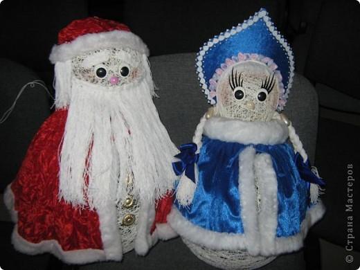 Снеговики, дед мороз со Снегуркой, зайцы все они символы Нового года! Сделаны по простой технологии: нитка пропущенная через ПВА намотанная на воздушный шар. Ждем когда высохнет и начинаем фантазировать:) фото 4
