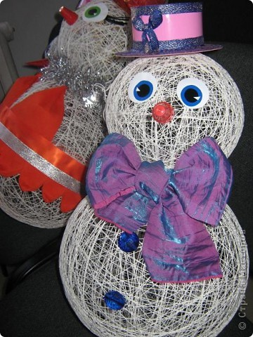 Снеговики, дед мороз со Снегуркой, зайцы все они символы Нового года! Сделаны по простой технологии: нитка пропущенная через ПВА намотанная на воздушный шар. Ждем когда высохнет и начинаем фантазировать:) фото 1