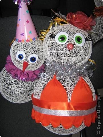 Снеговики, дед мороз со Снегуркой, зайцы все они символы Нового года! Сделаны по простой технологии: нитка пропущенная через ПВА намотанная на воздушный шар. Ждем когда высохнет и начинаем фантазировать:) фото 5