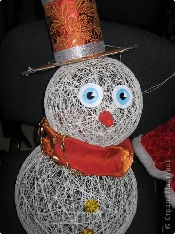 Снеговики, дед мороз со Снегуркой, зайцы все они символы Нового года! Сделаны по простой технологии: нитка пропущенная через ПВА намотанная на воздушный шар. Ждем когда высохнет и начинаем фантазировать:) фото 6