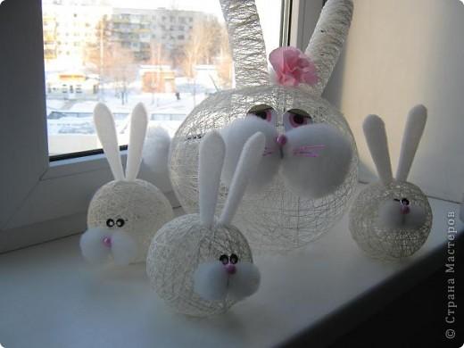 Снеговики, дед мороз со Снегуркой, зайцы все они символы Нового года! Сделаны по простой технологии: нитка пропущенная через ПВА намотанная на воздушный шар. Ждем когда высохнет и начинаем фантазировать:) фото 7