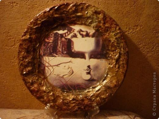 моя первая тарелочка! основа керамическая тарелка, прямой декупаж, салфетки, мятые салфетки на ПВА, акрил, акварель, лак.  Обидно, что после нанесения салфетки грунтовка на тарелки вспучилась складками :(( Видимо нужен спец грунт по керамике или хоть для ванн эмаль, я простой эмалью покрывала. Чуть все не содрала, потом решила, пусть будет так, ну каприз художника, по стилю к картине тоже вроде подходит :) это фото без вспышки. фото 1