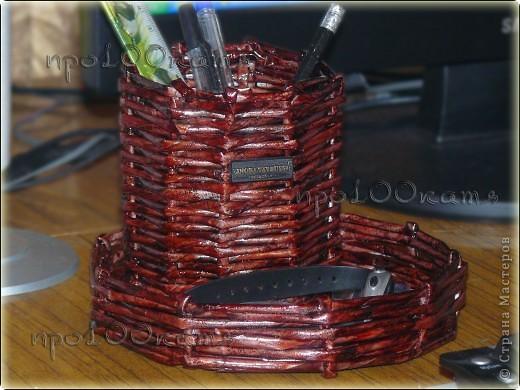 Я видела несколько способов плетения дна корзинок,но у меня получалось не очень.Вот,решила попробовать так.Сначала сворачивала газетные трубочки по спирали до нужного размера... фото 3