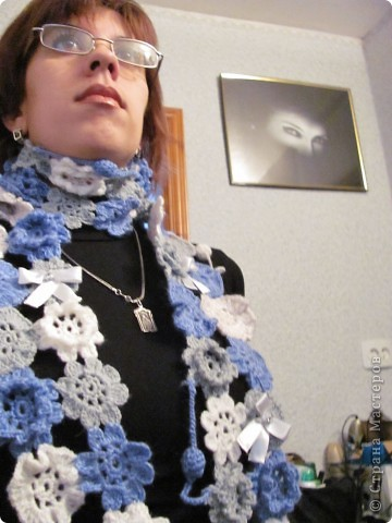 Продолжая впитывать идеи сайта, не смогла пройти мимо ажурного шарфика с лентами. Шарфик оказался не только симпатичным, но и на удивление теплым, т.к. связан шерстяными нитками. Купила в сэконде три мотка по 50 гр. Цена - 2 грн. каждый. Так что себестоимость шарфа минимальна. фото 1