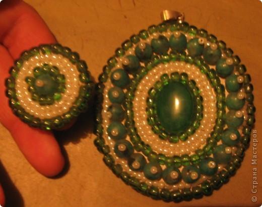 Кулон и кольцо. В центре - хризолит (не уверена, но так продали), бусинки - какая-то яшма (не помню)