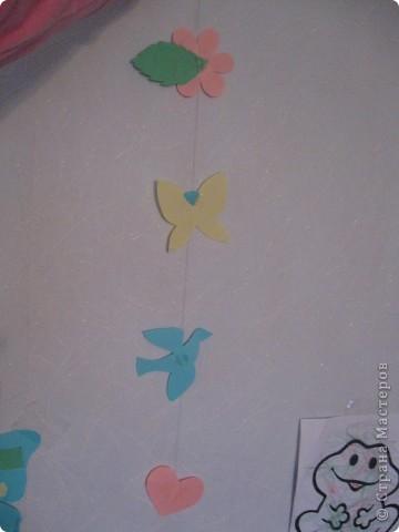 Здравствуйте. я тоже решила показать что мы с сыном делали. Вот гирлянды (летнюю взяла идею у магазина - цветочки, а остальные фигуры сама додумала. висела на окне летом. фото 1