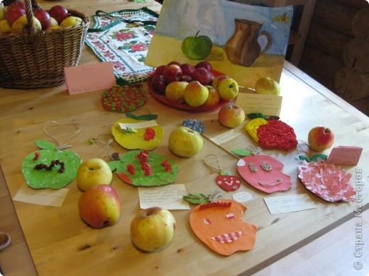 Мы в октябре, на два дня , ездили на отдых  с классом и родителями. Это были яблочные выходные. Мы ели яблоки, говорили про яблоки и делали яблоки. Девочки привозили пироги с яблоками, варенье и шарлотку. А на викторине про яблоки мы получали бонусы в виде яблочных чупиков:))) Было классно! Это наше яблочное творчество. Семейное яблоко, оно и большое и изготовлено вместе с мамой фото 3