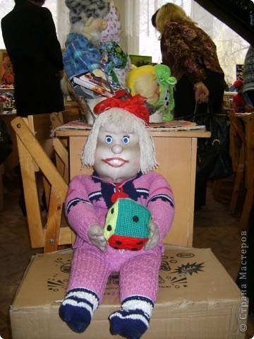 """""""Лялька"""" Эту работу выполнила ученица 6 класса МОУ """"Ртищевская СОШ"""" Балалаева Анна. """"Лялька"""" - мягкая игрушка, одежда на кукле - вязание спицами, кубик и соска - вязание крючком.  фото 1"""