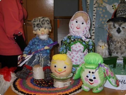 """""""Лялька"""" Эту работу выполнила ученица 6 класса МОУ """"Ртищевская СОШ"""" Балалаева Анна. """"Лялька"""" - мягкая игрушка, одежда на кукле - вязание спицами, кубик и соска - вязание крючком.  фото 2"""