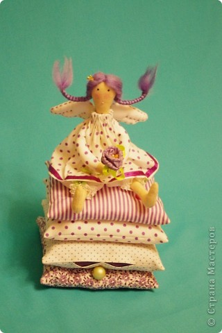 """Маленькая принцесса, Принцесса на горошине, Ангел добрых снов)) совсем недавно эту симпатичную куколку в стиле Тильда придумала рукодельница из Швеции - и вот, пожалуйста! Уже многие рукодельные форумы сшили ее сообща, на Ярмарке Мастеров многие рукодельницы повторили эту замечательную идею.  На самом деле - куколка очень простая, просто идеально подходит для того, чтобы """"заболеть"""" тильдой по-настоящему. Рекомендую совсем новичкам, а еще мамам с дочками - сшить вместе."""