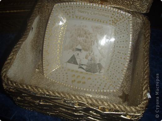Скоро Новый год, и я начала задумываться над подарками. Но подарки нужно красиво упаковать. Вот и получилась у меня такая коробочка. Покрывала аэрозолью из болончика с эффектом золотого хрома. На крышке приклеена манка, которая покрашенна той же краской. фото 3